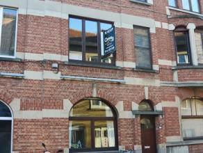 In het hartje van Leuven bevindt zich een op te frissen herenhuis. Op de gelijkvloerse verdieping kan je de inkomhal, living, keuken en badkamer terug