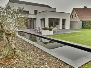 Deze luxueuze villa, gelegen in een residentiële wijk, biedt je de rust en kalmte waar je een hele werkdag naar uitkijkt. Een van de vele opportu