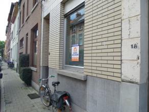 Leuke 3 slaapkamer woning met koer Gent: Gelegen in de Visserij met goede aansluiting met E17/E40. op 7min. wandelen van het Zuid. Inkom met keuken, t