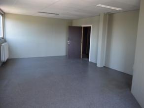 Kantoorruimte op 336m² met een gemakkelijk te bereiken locatie met zichtbaarheid vanaf de E17.Beschikt over verschillende kantoor- en vergaderrui