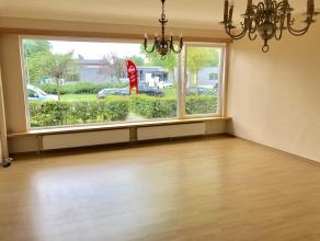 Groot gelijkvloers appartement (120 m2) in een rustige straat nabij tramhalte Halewijn. Bestaat uit:Gemeenschappelijke inkomhal met toegang tot priv&e