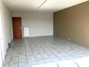 Goed gelegen appartement met 2 slaapkamers Op de tweede verdieping van het appartement. Bestaat uit:Inkomhal, woonkamer op tegelvloer (33m2) met groot