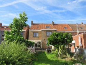 Statige gezinswoning met 5 slaapkamers en zuidgerichte tuin vlakbij winkels, scholen, openbaar vervoer en centrum Brugge. Indeling:Gelijkvloers: inkom