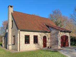 Landhuis op een achterin gelegen perceel van 14 are 41 ca met private toegangsweg. Aangelegde en omheinde tuin met parking, terrassen en verwarmd open