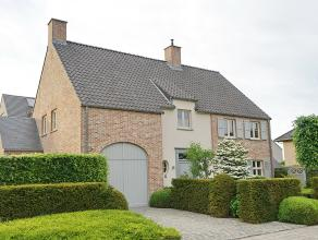 Rustig gelegen villa in pastorale stijl op 6 are 44 ca nabij dorp met mooie verzorgde aangelegde tuin met diverse terrassen en vijver. Gunstig gelegen