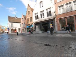 Handelsruimte circa 250 m² winkelvloeroppervlak en 50 m² kelder;<br /> Gevelbreedte 6.5 meter <br /> Topligging in centrum Brugge tegenover