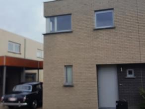 Deze recente woning ligt in een rustige verkaveling aan de rand van de dorpskern van Waregem. Ze omvat een carport en een afgesloten tuin. Deze woning