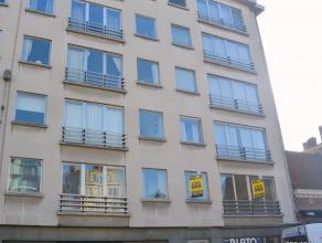 Zeer centraal gelegen RUIM APPARTEMENT van 132m² met 3 slaapkamers, op de 1ste verdieping bereikbaar met lift.  Het appartement omvat een ruime i