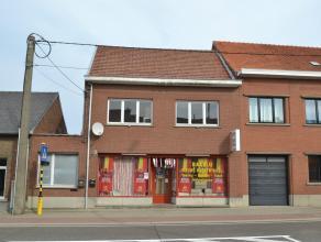 Brede woning (10m) met momenteel nachtwinkel en woongedeelte + terrein met smidse 19x20m. Mogelijkheden op het terrein dienen gecheckt met Stedenbouw