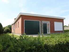 Te koop aan de dorpsrand van Wingene: alleenstaande woning, 1 bouwlaag met plat dak op 1.065m² grond oppervlakte. Het pand voorziet in 2 slaapkam