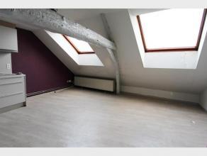 STUDIO te huur in het centrum van Diest, Hasseltsestraat 21. De studio is gelegen op de tweede verdieping in een gebouw bestaande uit handelsgelijkvlo