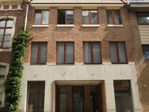 Dit appartement (3de verd.) bevindt zich in het hartje van de stad Diest in een zeer rustige straat. <br /> <br /> Het omvat 2 slaapkamers, een volled