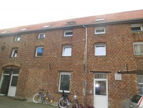 Dit volledig gerenoveerd appartement (eerste verdiep) met twee slaapkamers situeert zich vlak in het stadscentrum (aan de voet van de St-Sulpitiuskerk