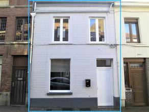 Deze trendy woning met 2 slaapkamers werd volledig gerenoveerd en geschilderd.<br /> <br /> Het gelijkvloers bevat inkomhal, living met gashaard, inge