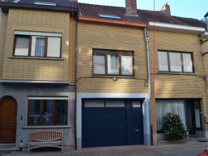 Zeer leuke gerenoveerde woning met grote garage en klein terrasje midden in de stad.    Garage met grote berging / wasplaats op het  gelijkvloers.   I