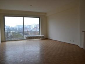 Prachtig appartement op de 2de verdieping met een uniek zicht op Square Marie Louise. Inkomhal, lichtrijke living met parketvloer. Ruime ingerichte ke