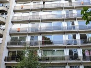 Prachtig, recent opgefrist, appartement op de 6de verdieping met een uniek zicht op Square Marie Louise. Inkomhal, lichtrijke living met parketvloer.
