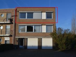 Gezellig appartement op het tweede verdiep van een laag bouw met 2 slaapkamers, toegang via trap (geen lift).   Inkomhal met vestiaire kast, zeer ruim