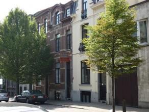 Gezellig, gemeubeld appartement op de laatste verdieping van een mooi Brussels huis. Leefruimte met ingerichte keuken (koelkast, elektrisch kookvuur,