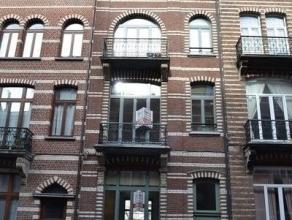 Prachtige gerenoveerde en gemeubelde duplex in een authentiek Brussels herenhuis. Op het gelijkvloers, een ruime, lichtrijke leefruimte gemeubeld met