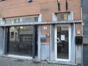 Handelsgelijkvloers van 66,50 m2 met vitrine,  inkomhal, een ruimte die in 3 delen is verdeeld waarvan 1 bureel kan worden afgesloten.  Aanpalend is e
