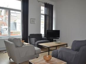 Prachtig gemeubeld duplex appartement op de 2de verdieping van een herenhuis. Ruime, lichtrijke living. Volledig uitgeruste keuken (gasvuur, oven, dam