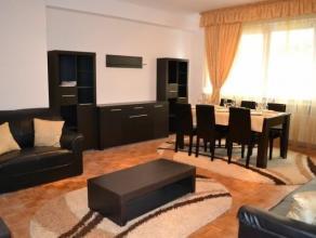 Luxueus volledig gerenoveerd, gemeubeld appartement op de gelijkvloerse verdieping. Inkomhal met ingebouwde kasten, ruime lichtrijke living, volledig