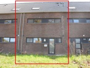 Instapklare, recente woning op een terrein van 189 m2 met 5 slaapkamers en achteraan een garagebox + 2e parkingplaats. Inkomhal, lichtrijke leefruimte