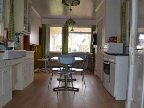 Leuke instapklare woning met ruime garage en achteraan een klein atelier. Inkomhal met vestiaire, voorplaats ingericht als bureel, salon en aansluiten