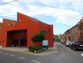 In Kumtich, deelgemeente van Tienen, bevindt deze mooie woning, met een origineel concept. Het pand omvat: woonkamer, volledig ingerichte keuken, toil