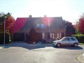 Stijlvolle villa in een residentiële wijk op wandelafstand van het centrum, supermarkt, station en 5 min. v/d autosnelweg. De woning omvat op het