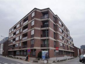 Dit instapklaar appartement te centrum Tienen is gelegen op het eerste verdiep met lift en omvat: inkomhal met apart toilet, grote en klare leefruimte