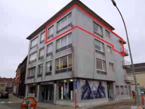 Ruim en welgelegen HOEKAPPARTEMENT op de 3de verdieping met 2 slaapkamers en aparte kelder. Lift.<br /> Indeling: inkom, vestiaire, berging, living, i