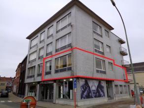 Ruim en welgelegen HOEKAPPARTEMENT op de 1ste   met 2 slaapkamers en aparte kelder. Lift. Indeling: inkom, vestiaire, berging, living, ingerichte keuk