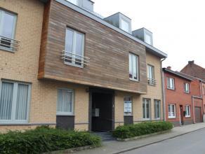 Mooi appartement op gelijkvloerse verdiep, bestaande uit een inkomhal, ruime woonkamer, keuken, berging, nachthal, badkamer, twee slaapkamers, terras