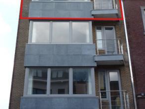 Goed gerenoveerd appartement, rustig en zeer centraal gelegen op 100m van het winkelcentrum.<br /> Indeling: inkomhal, living, half-open keuken, uitge