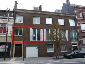 Appartement met veel lichtinval en mooi terras.<br /> Gelegen op de 1° verdieping zonder lift.<br /> Indeling: inkomhal, living, keuken (kasten, s