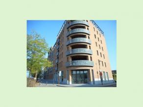 Dit luxe appartement met zicht op het kanaal ligt op wandelafstand van Hasselt centrum en bestaat uit een inkomhal, living, keuken, berging, toilet, b