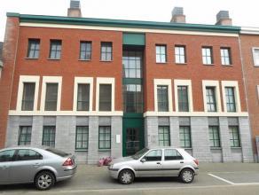 Gelijkvloers appartement te Hasselt. Dit gelijkvloers appartement bestaat uit twee slaapkamers, een ingerichte keuken en badkamer, living en ruim terr