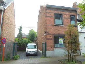 Smaakvol gerenoveerde woning te Hasselt centrum. Deze halfopen bebouwing bestaat uit drie slaapkamers, een ingerichte keuken en badkamer, living, berg