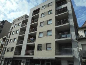 Dit mooie appartement op de 4de verdieping ligt op wandelafstand van het centrum van Genk. en bestaat uit een ingerichte keuken en badkamer, living, 2
