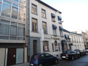 Vrij - te bezichtigen via kantoor.<br /> <br /> Handelsgelijkvloers in het centrum van de stad, met hal, aparte wc-ruimte, terras (koer), individuele