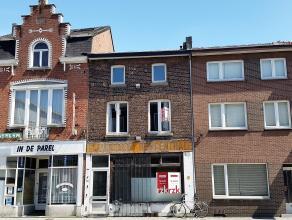 Te renoveren handelsgelijkvloers met bovengelegen woonruimten. Commercieel zeer goed gelegen vlakbij station en gerechtsgebouw en op wandelafstand van