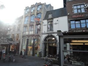 Vrij - te bezichtigen via kantoor.<br /> <br /> Ruim appartement in het centrum van de stad, bij de Grote Markt, 116 m², 1ste verdiep, met hal, l
