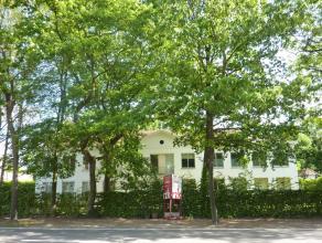 Imposant gebouw met klassevolle uitstraling in neoclassicistische stijl, met een ruime tuin met mooi groen uitzicht, bestaande uit 2 appartementen en