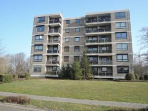 Vrij - te bezichtigen via kantoor.<br /> <br /> Appartement, 109 m², 4de verdiep, met hal, living, keuken (keukenkasten, spoeltafel, dampkap, ele