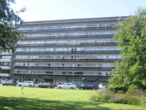 Vrij - te bezichtigen via kantoor.<br /> <br /> Appartement (dak), 53 m², 8ste verdiep, met hal, living, keuken (keukenkasten, spoeltafel, dampka