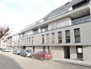 Vrij - te bezichtigen via kantoor.<br /> <br /> Heel recent appartement, 76 m², volledig instapklaar (met eigentijdse verlichtingsarmaturen, verd