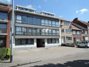 Vrij - te bezichtigen via kantoor.<br /> <br /> Appartement, 76 m², gelijkvloers, met hal, living, keuken (keukenkasten, spoeltafel, dampkap, ele
