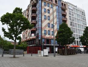 Recht in het centrum van Hasselt, op het Kolonel Dusartplein, kan u dit luxueuze appartement terugvinden. <br /> <br /> Slechts op wandelafstand van h